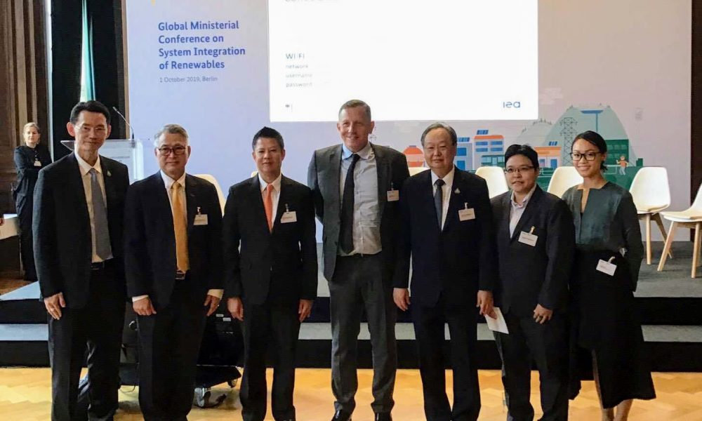 The group with Thailand Minister of Energy Sontirat Sontijirawong and GWEC CEO Ben Backwell.